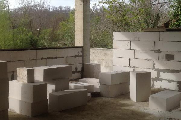 Сравнение газобетона и керамзитобетона как выровнять цементную стяжку цементным раствором