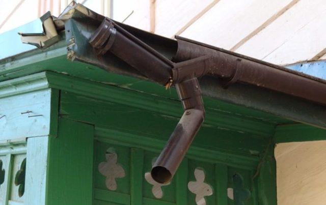 Течет ливневая труба в подъезде