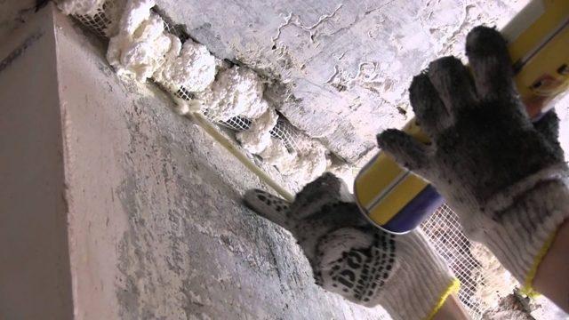 Как заделать дыры в потолке после замены труб отопления