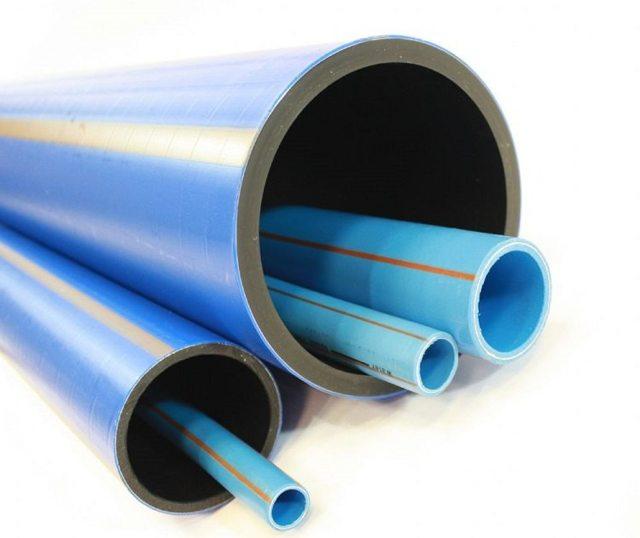 Синие пластиковые трубы для водопровода
