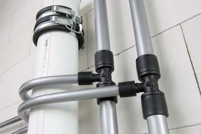 Как закрепить трубы отопления в стене
