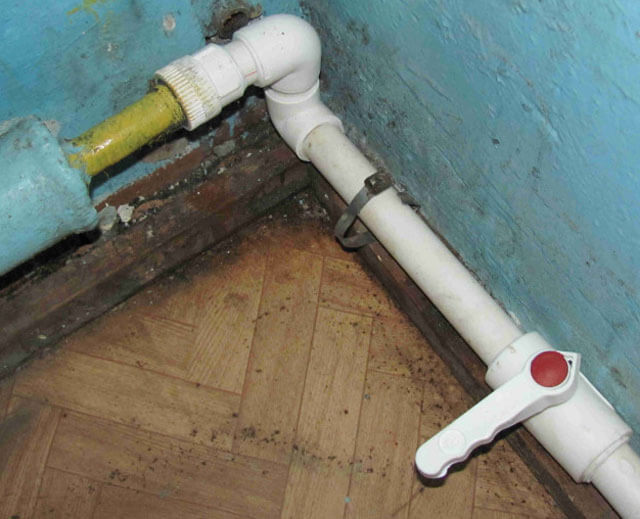 Как заделать щель в пластиковой трубе