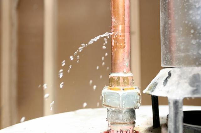 Как закрыть течь в трубе водопровода