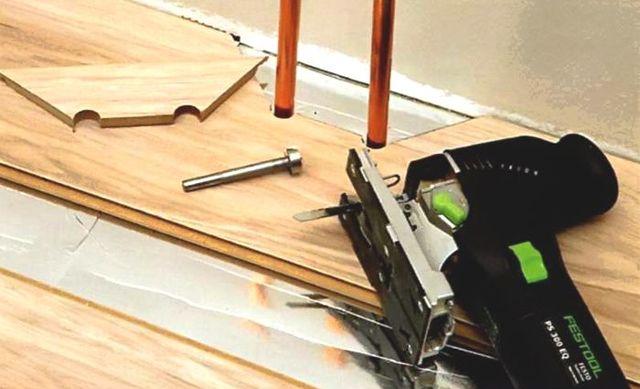 Как класть ламинат возле труб отопления