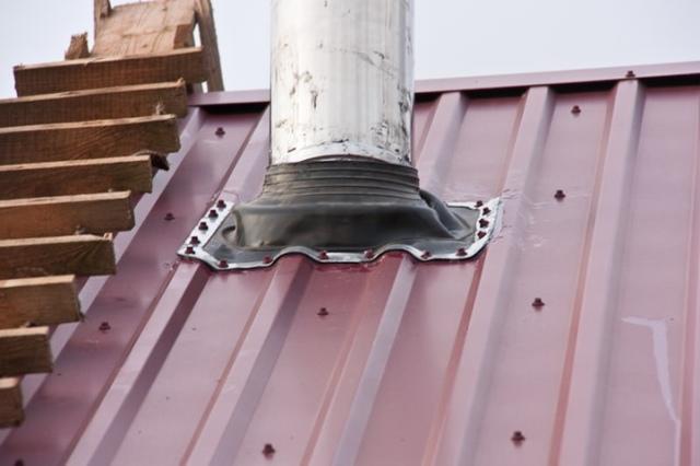 Как заделать дыру в железной крыше от трубы