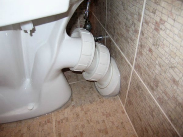 Фановая труба канализации в частном доме через стену