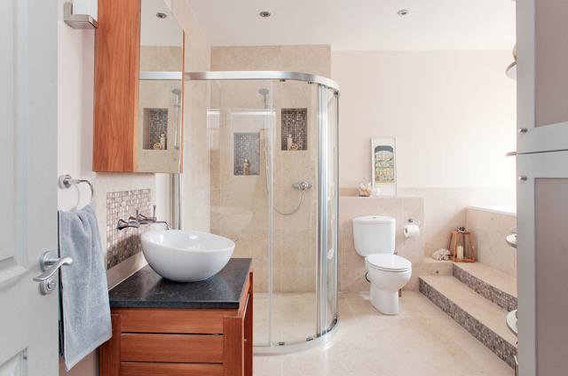 Декор канализационной трубы в туалете своими руками