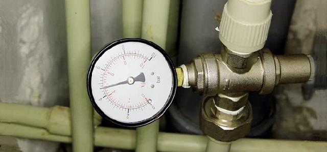 Давление жидкости в системе труб