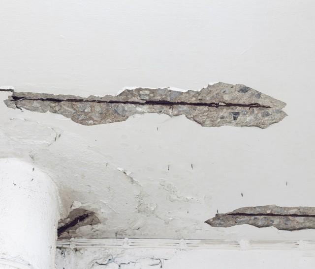 Как заделать дыру в потолке около трубы в туалете монтажной пеной