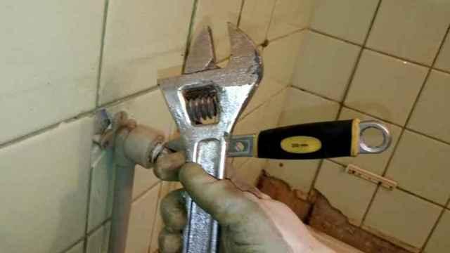 Как открутить кран с пластиковой трубы если он не откручивается